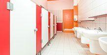 Czerwone kabiny wc dla przedszkoli i szkół