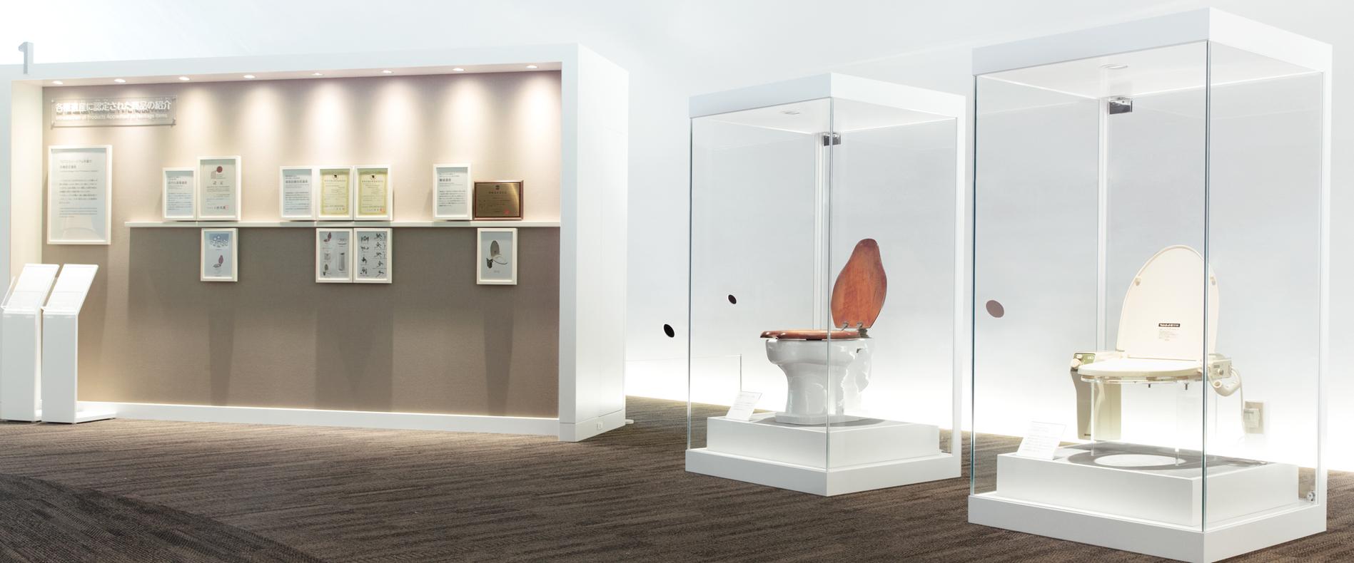 Gabloty z wystawami toalet w muzeum TOTO